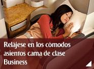 Relájese en los cómodos asientos cama de clase Business