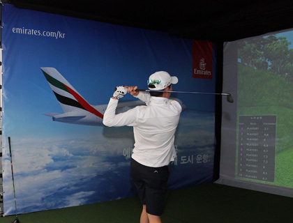 Spectator participating at Emirates Nearest to Pin simulator