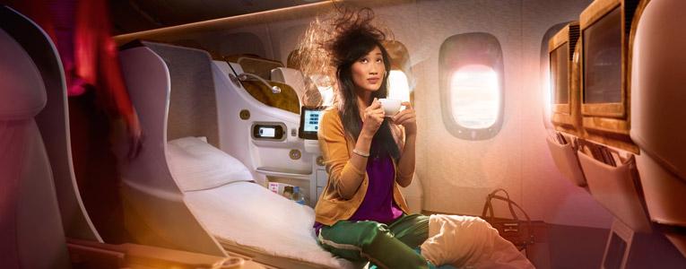ビジネスクラスのフラットベッドシートで体を伸ばし、十分に休息を取って爽快な気分でご到着ください