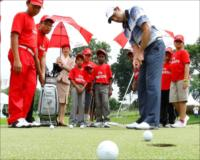Charl Schwatzel offering putting tips at the Emirates golf clinic