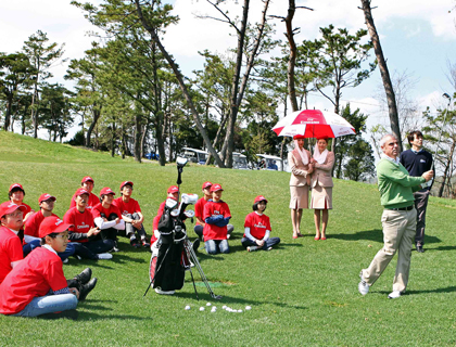 Paul McGinley sharing some tips at the Emirates golf clinic