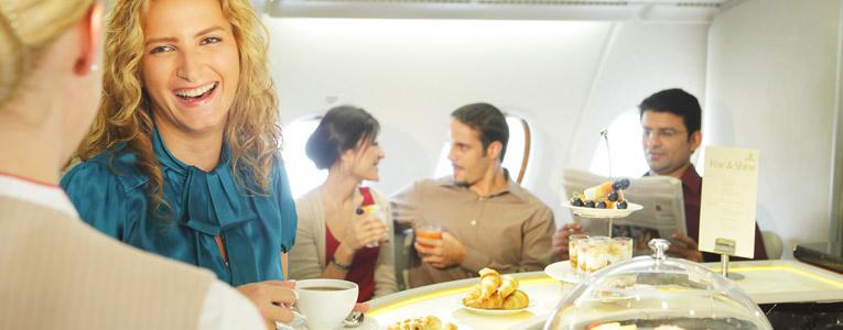 Uçak İçi Dinlenme Salonunda içecekler ve gurme kanepelerle sohbete katılın