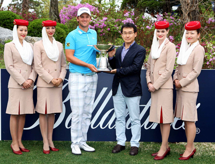 Bernd Wiesberger with Emirates representative and cabin crew