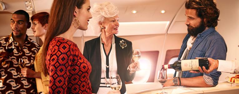 Присоединитесь к беседе в роскошной зоне отдыха на борту или продегустируйте эксклюзивные вина.